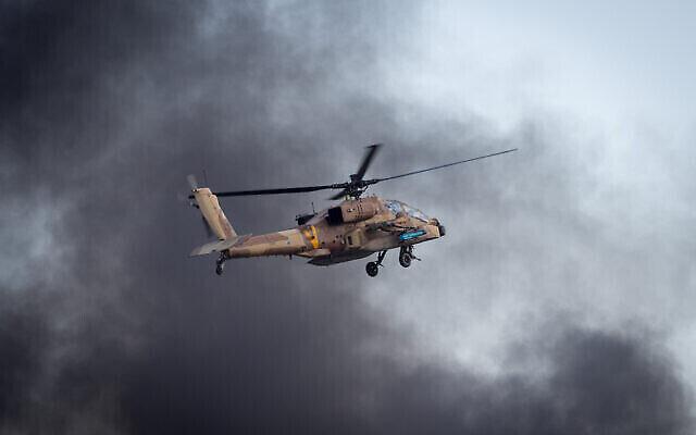 عکس تزئینی: یک هلیکوپتر آپاچی اسرائیل حین رزمایش هوایی در مراسم فارغ التحصیلی سربازان دوره های پرواز نیروی هوا، پایگاه هوایی «هتزریم»، صحرای نگیف، ۲۹ دسامبر ۲۰۱۶. (Miriam Alster/Flash90)