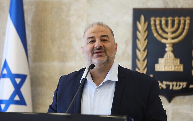 تصویر: منصور عباس، رئیس حزب رعم، حین ریاست جلسهٔ حزبی در پارلمان اسرائیل، ۱۹ آوریل ۲۰۲۱.  (Olivier Fitoussi/Flash90)