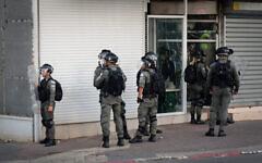 تصویر: پلیس مرزی در جفا، نزدیک تل آویو، در شورش خشونت آمیز میان یهودیان و عرب ها در مرز اسرائیل، ۱۱ مه ۲۰۲۱. (Avshalom Sassoni/FLASH90)