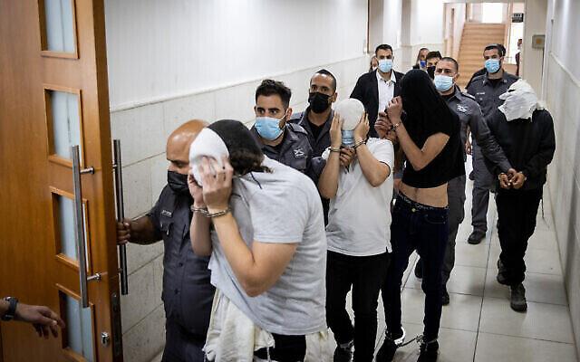 تصویر: چهار یهودی مظنون به چاقوزنی به یک عرب در بازار مخنه یهودا برای محاکمه به دادگاه ناحیه اورشلیم آورده شدند؛ ۳۰ مه ۲۰۲۱. (Yonatan Sindel/Flash90)
