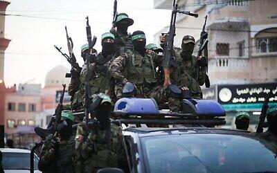 تصویر: اعضای گردان عزالدین قسام، شاخه نظامی گروه تروریست اسلامی حماس، حین شرکت در رژهٔ «روز غزه»، ۲۵ ژوئیه ۲۰۱۹. (Hassan Jedi/Flash90)