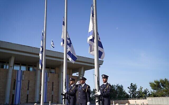 تصویر: گارد کنست در اورشلیم، با آغاز روز عزای عمومی برای قربانیان فاجعهٔ مرون، پرچمها را بحال نیمه افراشته در می آورد؛ ۲ مه ۲۰۲۱. (Noam Moskowitz/Knesset)