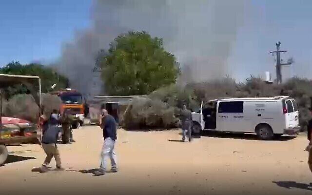 تصویر: عکسی از ناحیهٔ مرزی پس از اصابت خمپاره از غزه به مجتمع مسکونی، ۱۸ مه ۲۰۲۱.  (Screen grab/Twitter)