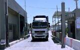تصویر: کامیونی از طریق تقاطع «کارِم شالوم»، گذرگاه اصلی ورود کالا از اسرائيل به نوار، وارد غزه می شود؛ ۱۸ مه ۲۰۲۱. (Said Khatib/AFP)