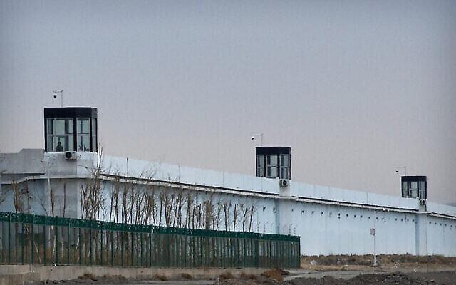 تصویر: در ۲۳ آوریل ۲۰۲۱، فردی در برجی در زندان شماره ۳ دبانچانگ در منطقه خودمختار سین کیانگ اویغور در غرب چین ایستاده است. گروههای حقوق بشری و ملل غربی به پیشاهنگی سازمان ملل، بریتانیا، و آلمان چین را متهم به جنایات گسترده علیه اقلیت اویغور کرده و خواهان دسترسی بلامانع کارشناسان سازمان ملل [به زندانیان] شدند.  (AP Photo/Mark Schiefelbein)