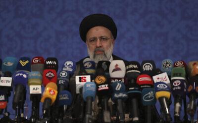تصویر: رئیس جمهوری جدید رژیم ایران، رئیسی، در کنفرانس مطبوعاتی در تهران، ایران، ۲۱ ژوئن ۲۰۲۱.  (AP Photo/Vahid Salemi)