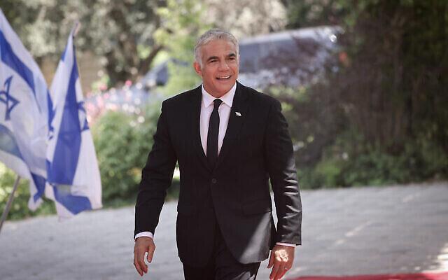 تصویر: یائیر لپید وزیر خارجه برای گرفتن عکس دسته جمعی دولت جدید به اقامتگاه ریاست جمهوری وارد می شود، ۱۴ ژوئن ۲۰۲۱. (Yonatan Sindel/FLASH90)