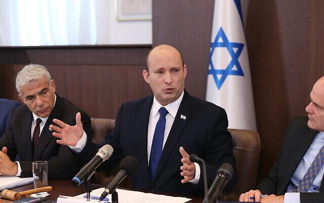 تصویر: نفتالی بنت نخست وزیر اسرائيل، وسط، در رأس جلسهٔ کابینه در مقر نخست وزیری در اورشلیم، ۲۰ ژوئن ۲۰۲۱. (Amit Shabi/POOL)