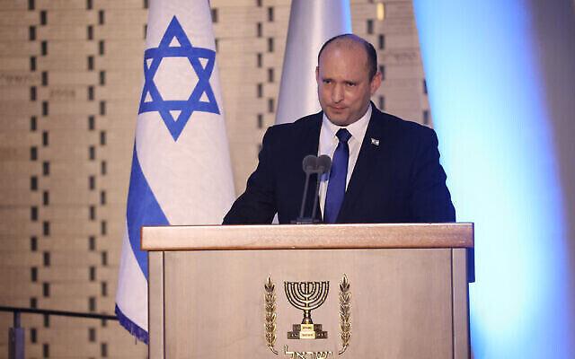 تصویر: نفتالی بنت نخست وزیر اسرائیل در مراسم رسمی هفتمین سالگرد «عملیات تیغهٔ محافظت» در تالار ملی یادبود، ورودی آرامستان نظامی در تپهٔ هرتصل، ۲۰ ژوئن ۲۰۲۱. (Yonatan Sindel/Flash90)