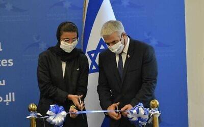 یائیر لپید وزیر خارجه، راست، و «نورا الکعبی» وزیر فرهنگ امارات در مراسم افتتاح سفارت اسرائل در ابوظبی، ۲۹ ژوئن ۲۰۲۱. (Shlomi Amsalem/GPO)
