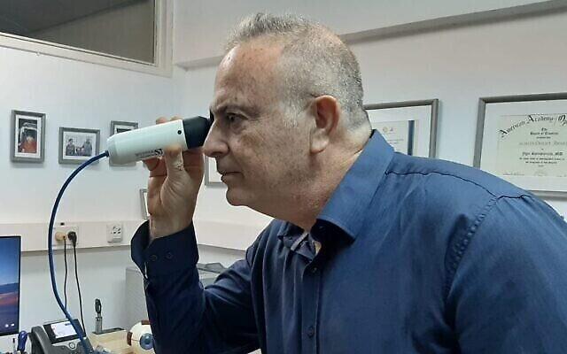 تصویر: پروفسور «یگال روتنستریخ»، رئیس لابراتوار پژوهش شبکیهٔ چشم مرکز درمانی شبا، در حال نمایش دستگاه جدید تست خون که با آنالیز مویرگ های خونی چشم کار می کند. (courtesy of Sheba Medical Center)