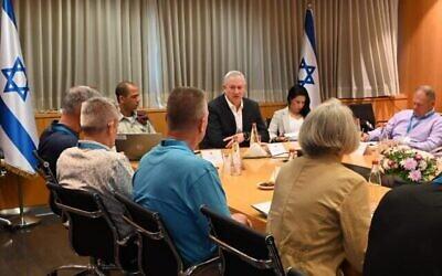 تصویر: بنی گانتز وزیر دفاع با هیئتی از انستیتوی یهودی امنیت ملی آمریکا در دفتر خود در تل آویو ملاقات می کند؛ ۱۷ ژوئن ۲۰۲۱. (Ariel Hermoni/Defense Ministry)
