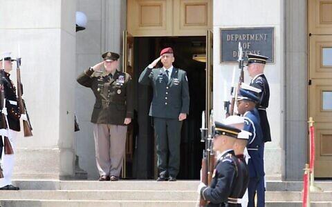 تصویر: «آویو کوخاوی» فرمانده نیروهای دفاعی، وسط، راست، و رئیس ستاد مشترک ایالات متحده، «مارک میلیف»، وسط، چپ، در مقابل وزارت دفاع ایالات متحده در واشنگتن به هم سلام می دهند، شهر واشنگتن، ۲۱ ژوئن ۲۰۲۱.  (Israel Defense Forces)