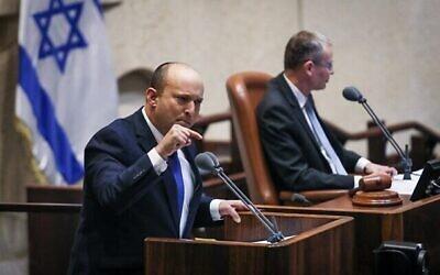 تصویر: نفتالی بنت نخست وزیر منتصب حین سخنرانی در کنست، ۱۳ ژوئن ۲۰۲۱.  (Noam Moskowitz/Knesset)