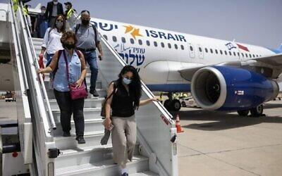 تصویر: گردشگران اسرائیلی حین ورود به فرودگاه بین المللی مراکش مناره در اولین پرواز بازرگانی مستقیم میان اسرائیل و مراکش، ۲۵ ژوئیه ۲۰۲۱. (FADEL SENNA / AFP)