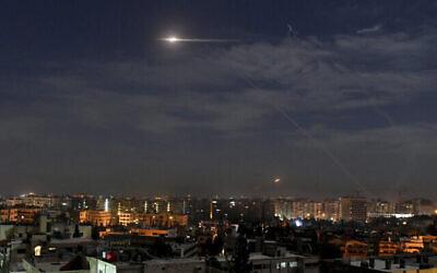 عکس تزئینی: در عکسی که خبرگزاری رسمی سوریه، سانا منتشر کرده، موشک هایی بر فراز آسمان نزدیک فرودگاه بین المللی دمشق مشاهده می شوند؛ سوریه ۲۱ ژانویه ۲۰۱۹. (SANA via AP)