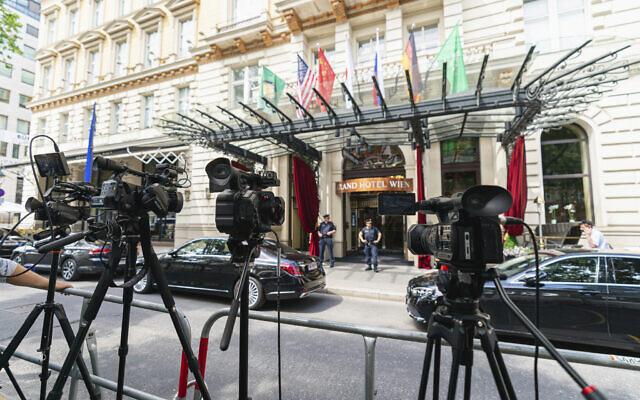 تصویر: دوربین های تلویزیون در مقابل گراند هتل وین، که مذاکرات هسته ای پشت درهای بسته در جریان است؛ وین، اتریش، یکشنبه، ۲۰ ژوئن ۲۰۲۱. (AP/Florian Schroetter)
