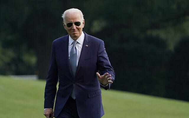 تصویر:جو بایدن رئیس جمهوری ایالات متحده پس از پیاده شدن از Marin One در چمن جنوبی کاخ سفید در واشنگتن، چهارشنبه، ۷ جولای ۲۰۲۱. (AP Photo/Susan Walsh)