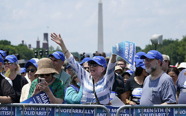 تصویر: مردم در راهپیمایی «نترسید» در همبستگی با یهودیان در مراسم واشنگتن، ۱۱ ژوئیه ۲۰۲۱.  (AP Photo/ Susan Walsh)
