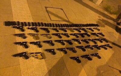 تصویر: دهها اسلحه که از لبنان قاچاق شده بود کشف و ضبط شد، ۱۰ ژوئیه ۲۰۲۱. (Israel Defense Forces)