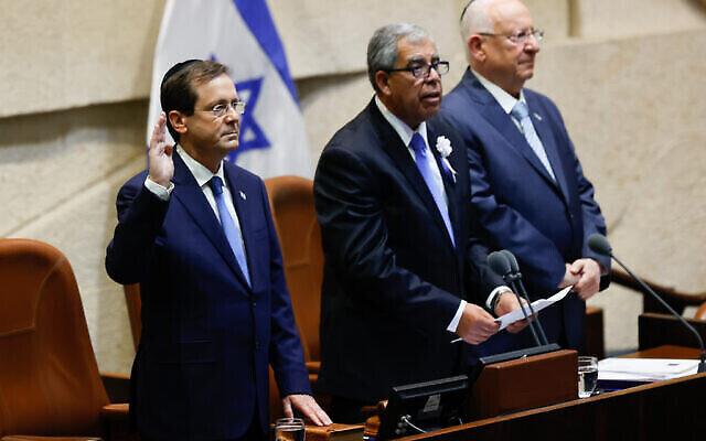 تصویر: ایتسخاک هرتزوگ در مقام ریاست جمهوری اسرائیل در پارلمان کشور در اورشلیم سوگند یاد کرد، ۷ ژوئیه ۲۰۲۱. (Yonatan Sindel/FLASH90)