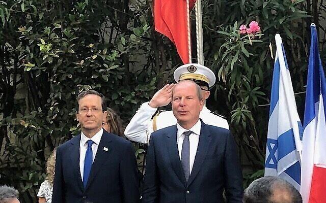 تصویر: پرزیدنت ایتسخاک هرتزوگ، چپ، «اریک دانون» سفیر فرانسه در مراسم یادبود باستیل، جفا، ۱۴ ژوئیه ۲۰۲۱. (Lazar Berman/Times of Israel)