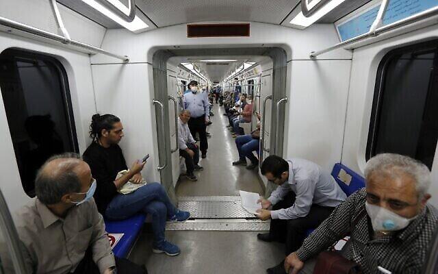 تصاویر: ایرانی ها که اکثرآ ماسک به صورت دارند، در واگن یکی از ترن های متروی تهران، پایتخت ایران، ۱۰ ژوئن ۲۰۲۰ در بحران پاندمی ویروس کرونا. (STRINGER / AFP)