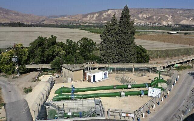تصویری از ۱۱ ژوئیه ۲۰۲۱ سیستم لوله کشی کمپانی ملی آب اسرائيل، «مکوروت» را نشان می دهد که در نزدیکی «کیبوتص مسادا» در مرز اردن برای انتقال آب از اسرائيل به اردن [در پسزمینه]، جنوب دریای جلیله یا دریاچهٔ تیبریاس، از منابع اصلی آبی اسرائيل کشیده شده است. (MENAHEM KAHANA / AFP)