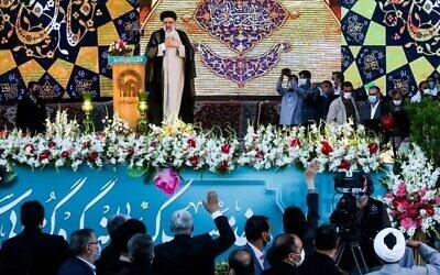 تصویر: در عکسی از ۲۲ ژوئن ۲۰۲۱، ابراهیم رئیسی رئیس جمهوری منتخب حین سخنرانی در حرم امام رضا در مشهد، شمال شرقی ایران. (Mohsen Esmaeilzadeh / ISNA NEWS AGENCY / AFP)