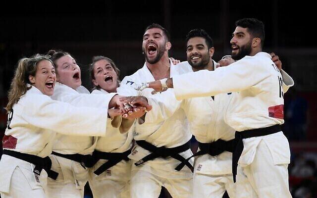 تیم اسرائیل حین شادمانی پس از کسب مدال برنز تیم مختلط در نبرد B در مقابل روسیه در بازیهای المپیک ۲۰۲۰ توکیو در نیپون بادوکان، توکیو، ۳۱ ژوئیه ۲۰۲۱. (Franck Fife/AFP)