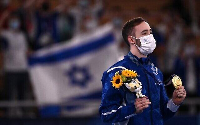 «آرتم دولگوپیات»، ژیمناست اسرائیلی، پس از آنکه مدال طلا را در دور نهایی حرکات زمینی ژیمناست هنری دسته مردان المپیک تابستانی ۲۰۲۰ توکیو، ۱ اوت ۲۰۲۱ در توکیوی ژاپن برنده شد. (AP Photo/Natacha Pisarenko)