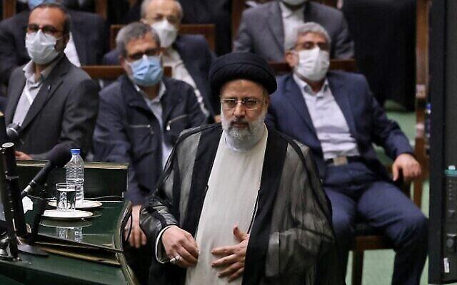 تصویر: ابراهیم رئیسی رئیس جمهور جدید رژیم ایران روی سکو حین مراسم تحلیف در پارلمان  ایران، تهران، ۵ اوت ۲۰۲۱. (Atta KENARE / AFP)