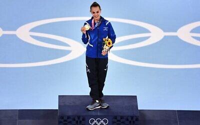 لیونی اشرام با مدال طلای خود روی سکوی قهرمان دور نهایی رقابت های ژیمناستیک موزون همه-جانبه فردی، المپیک ۲۰۲۰ توکیو، مرکز ژیمناستیک آریاکه، توکیو، ۷ اوت ۲۰۲۱. (Martin BUREAU / AFP)
