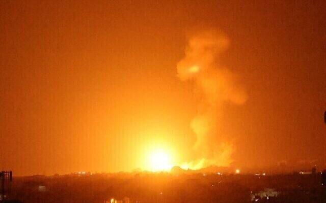 تصویر: در پی حمله هوایی اسرائیل به خان یونس در نوار جنوبی غزه، شعله های آتش بهوا برخاسته است؛ ساعات پایانی شب ۲۳ اوت ۲۰۲۱ – اسرائیل در پی ایجاد حریق در جنوب کشور، توسط بالون های حامل مواد منفجره از نوار. (Photo by Said KHATIB / AFP)