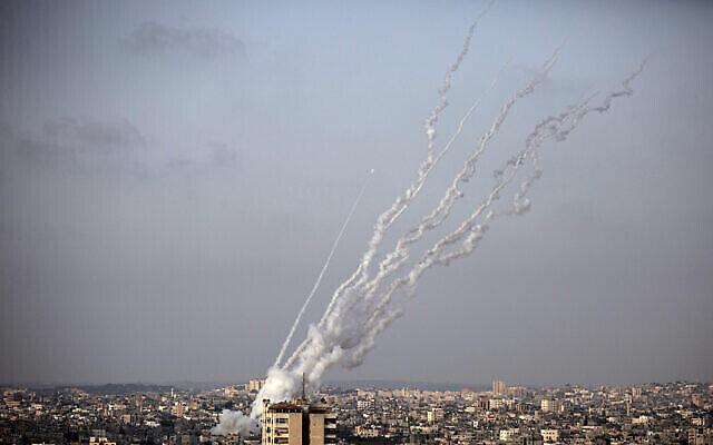 تصویر: در عکسی از ۱۰ مه ۲۰۲۱، راکت هایی که از نوار غزه به سمت اسرائیل شلیک شدند مشاهده می شوند.  (AP Photo/Khalil Hamra)