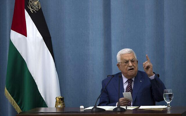 تصویر: در عکسی از ۱۲ مه ۲۰۲۱، محمود عباس رئیس تشکیلات خودگردان فلسطینیان حین سخنرانی در یکی از جلسه های کمیته اجرایی تشکیلات و کمیتهٔ مرکزی حزب فتح در مقر تشکیلات در رام الله، کرانه باختری مشاهده می شود. (AP Photo/Majdi Mohammed)