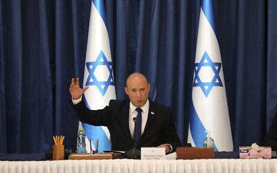 تصویر: نفتالی بنت نخست وزیر اسرائیل در جلسه هفتگی کابینه، اورشلیم، ۲۲ اوت ۲۰۲۱.  (Gil Cohen-Magen/POOL via AP)