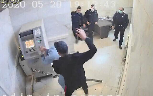 تصویر: در عکسی بی تاریخ از ویدئویی که یک گروه هکر بنام «عدالت برای علی» در اختیار اسوشیتد پرس گذاشتند، یکی از مأموران زندان در حال ضرب و شتم یک زندانی در اوین، واقع در تهران، ایران است. (The Justice of Ali via AP)