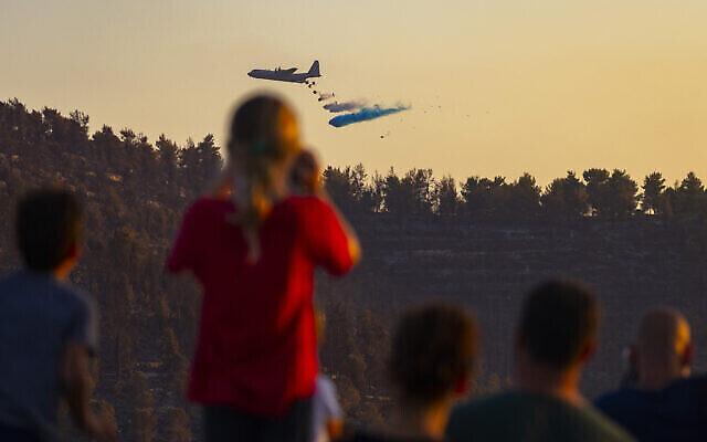 یک هواپیمای آتش نشانی حین تلاش به اطفای آتش کوهپایه های اورشلیم، ۱۷ اوت ۲۰۲۱. (Yonatan Sindel/Flash90)
