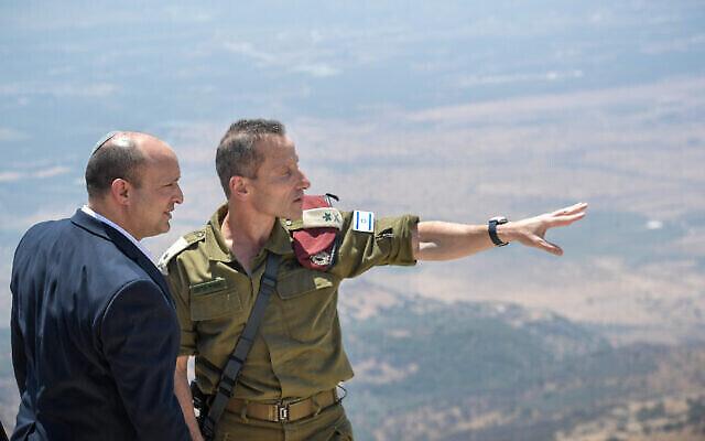 تصویر: نفتالی بنت نخست وزیر و «امیر بارام» فرمانده لشکر شمال نیروهای دفاعی اسرائيل حین بازدید از مرز شمال، ۳ اوت ۲۰۲۱. (Kobi Gideon/GPO)