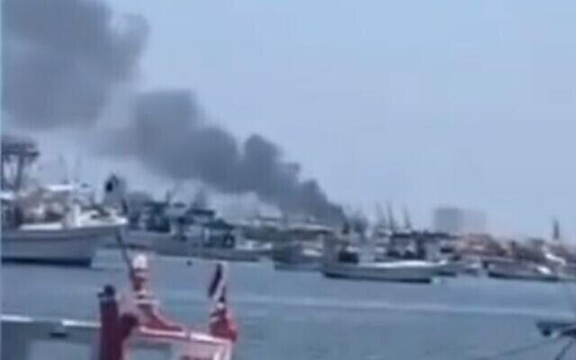تصویر: در پی انفجاری در بندر لاذقیهٔ سوریه از یک کشتی دود بهوا برمیخیزد؛ ۱۰ اوت ۲۰۲۱.  (Screenshot: Twitter)