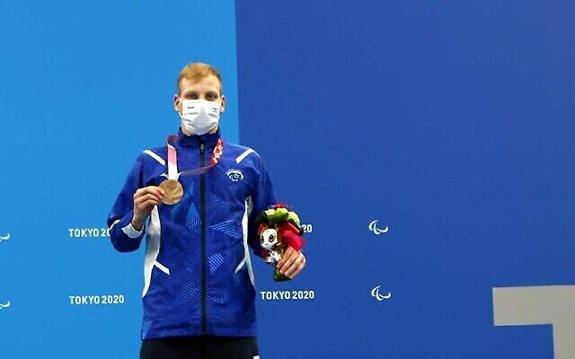 تصویر: امی دادئون شناگر اسرائیلی مدال نقرهٔ خود که در ۲۸ اوت ۲۰۲۱،بازیهای پارالیمپیک توکیو برنده شد را نشان می دهد. (Lilach Weiss/Israel Paralympic Committee)