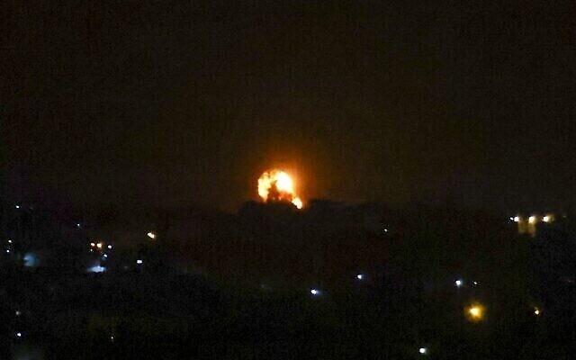 تصویر: پس از شلیک یک راکت به سمت اسرائيل، در آسمان جنوبی نوار غزه در خان یونس، گلولهٔ آتشی در اثر حمله هوایی سحرگاهی بهوا خاسته است؛ ۱۱ سپتامبر ۲۰۲۱. (SAID KHATIB / AFP)