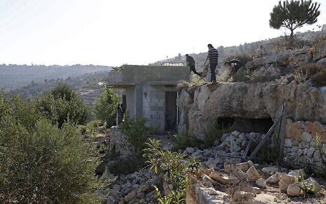 تصویر: فلسطینیان در روستای «بیت عنان»، شمال غربی اورشلیم، در محلی که سه عضو حماس طی درگیری با نیروهای اسرائیلی۲۶ سپتامبر ۲۰۲۱  کشته شدند، جمع شده اند. (ABBAS MOMANI / AFP)