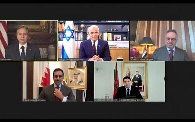 تصویر: آنتونی بلینکن وزیر خارجه ایالات متحده حین سخنرانی در سالگرد توافق های ابراهیم.  بهمراه او، از چپ براست، دیپلمات های اسرائیلی، مراکشی، بحرینی، ۱۷ سپتامبر ۲۰۲۱. (Screenshot)