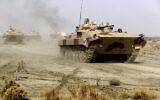 تصویر تزئینی: عکسی از ۱۹ ژانویه ۲۰۲۱ که ارتش ایران از تانک های در حال حرکت در یک مانور نظامی منتشر کرده است. (Iranian Army via AP)