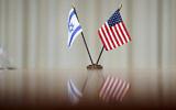 تصویر: پرچم اسرائيل و آمریکا روی میزی در جلسهٔ میان «لوید آستن» وزیر دفاع ایالات متحده و «نفتالی بنت» نخست وزیر اسرائيل در پنتاگون، واشنگتن، چهارشنبه، ۲۵ اوت ۲۰۲۱. (AP Photo/Andrew Harnik)
