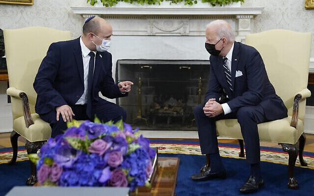 تصویر: جو بایدن رئیس جمهوری ایالات متحده، راست، در ملاقات با نفتالی بنت نخست وزیر اسرائیل در تالار بیضی کاخ سفید، واشنگتن، ۲۷ اوت ۲۰۲۱. (Evan Vucci/AP)