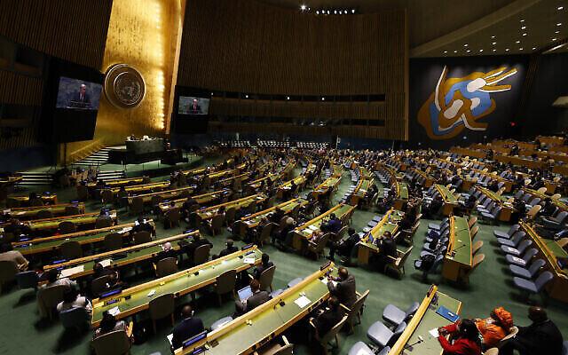 تصویر: آنتونیو گوترش دبیرکل سازمان ملل متحد حین سخنرانی در جلسه رده بالا به افتخار بیستمین سالگرد «قطعنامهٔ دوربان» در نشست هفتادوششم مجمع عمومی سازمان ملل در مقر سازمان ملل، نیویورک، ۲۲ سپتامبر ۲۰۲۱.  (John Angelillo/Pool Photo via AP)