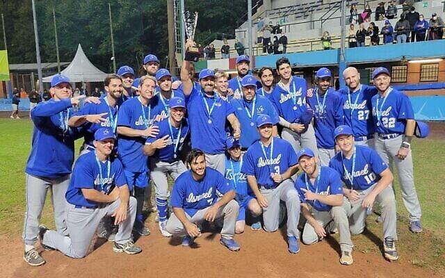 تصویر: تیم ملی بیس بال اسرائیل پس از باخت به هلند در مسابقات قهرمانی اروپا مدال نقره برد؛ ۱۹ سپتامبر ۲۰۲۱.  (Israel Association of Baseball/courtesy)